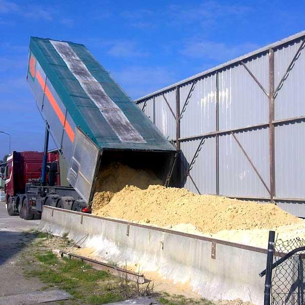 Vrachtwagen stort Vitakal EF voor kalkstromatras